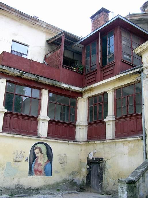 2009 р. Вигляд з боку східного двора