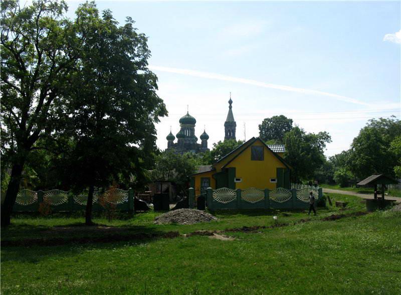 Фрагмент забудови села на тлі Успенського собору