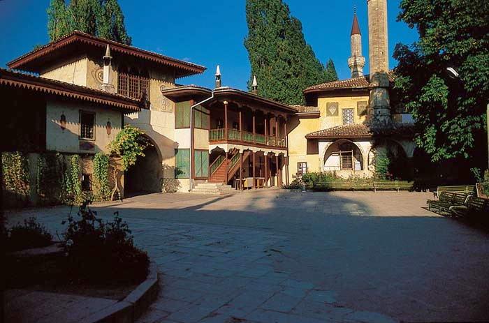Площа перед палацом