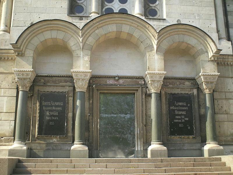 Фрагмент бічного фасаду з пам'ятними плитами