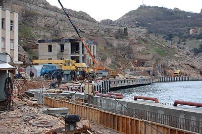 Весна 2009 года. В Балаклаве на месте уничтоженных исторических зданий активно возводят…