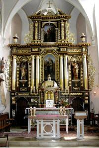Ołtarz główny pseudobarokowy, druga połowa XIX wieku z posągami św. Piotra i Pawła oraz obrazem św.…