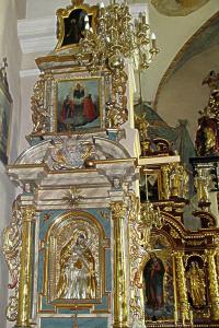 Lewy barokowy, druga połowa XVII wieku z obrazami: w polu środkowym Matki Bożej Bolesnej, w sukience płasko rzeźbionej…