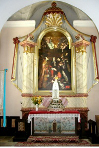 W kaplicy pd. późnobarokowy XVIII wiek, w nim obraz: Śluby Błogosławionej Kingi, barokowy XVIII wiek (analogiczny w…