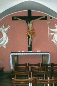 W kaplicy północnej nowy ołtarz z 1960 r. z rzeźbą Chrystusa ukrzyżowanego początek XVIII wieku,…