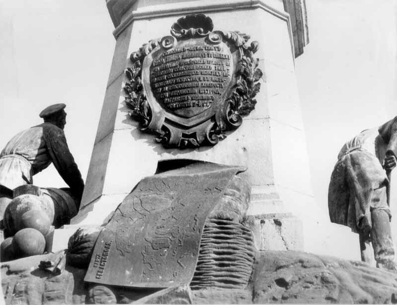 Фрагмент деталі пам'ятника з півдня