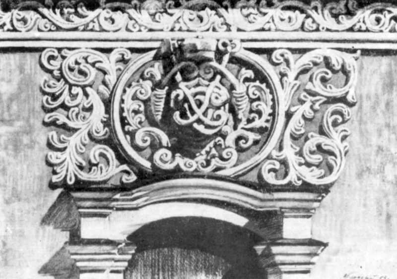 Ліпний декор над порталом