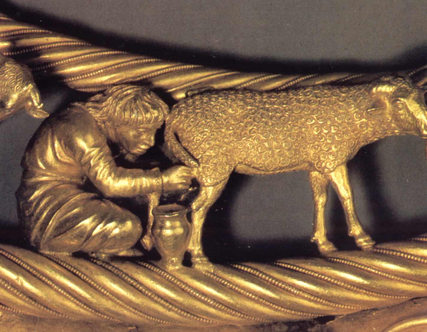 Скіф доїть вівцю (12)