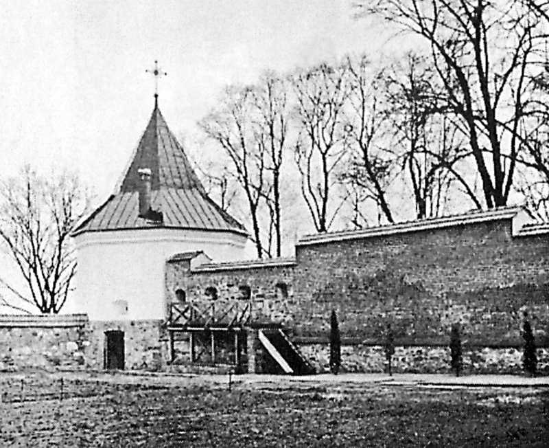 1998 р. Оборонна вежака і фрагмент мурів