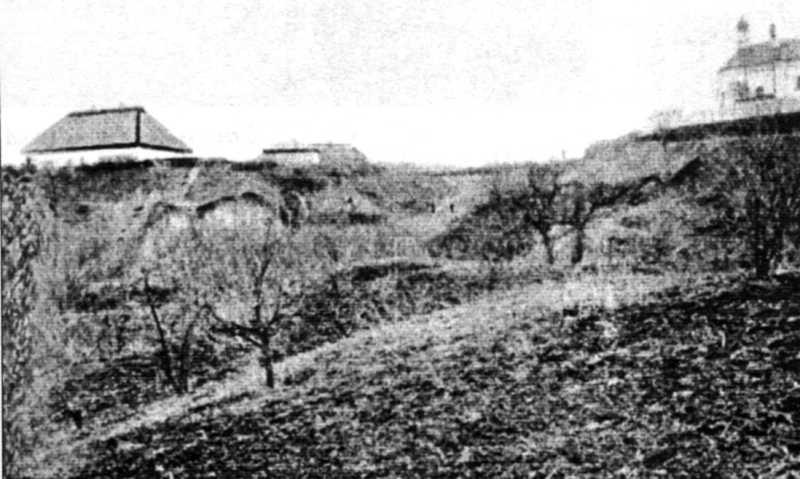 """Місце оселі Хмельницького (з лівого боку) (тепер оселя попівська). Низше """"Великий Льох"""",…"""