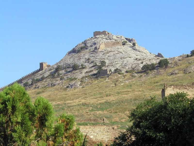 2004 р. Верх Фортечної гори з храмом на консолях і баштами № 1, 2 та Дозорною. Вигляд з півночі