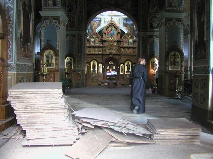 Вид на вівтар у процесі реставрації