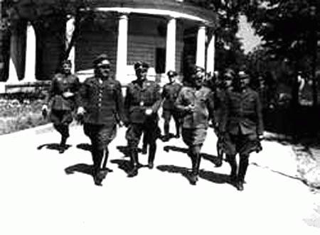 1942 р. Німецькі офіцери біля церкви