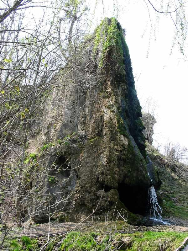 Печерний храм і водоспад. Фото О.Крушинської, квітень 2004 р.