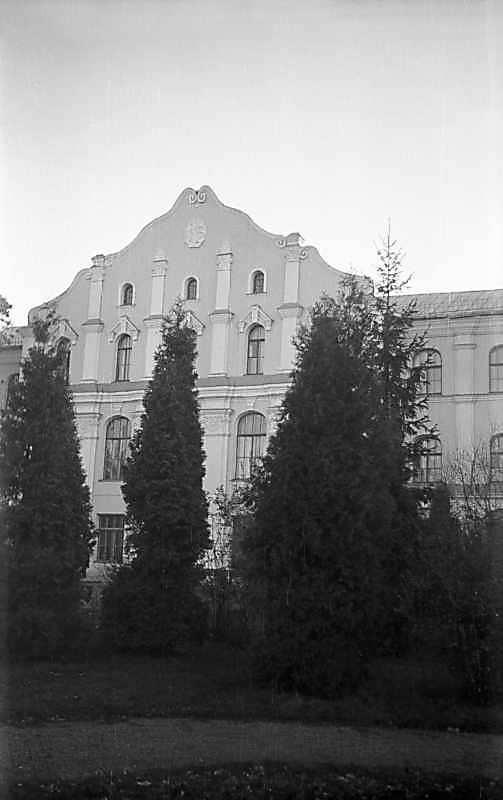 1975 р. Центральна частина головного фасаду
