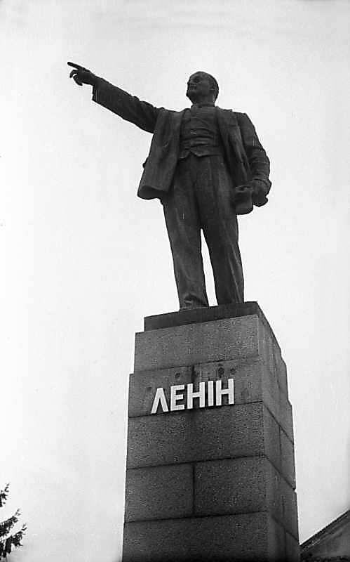 1975 р. Пам'ятник В.І.Леніну біля вокзала
