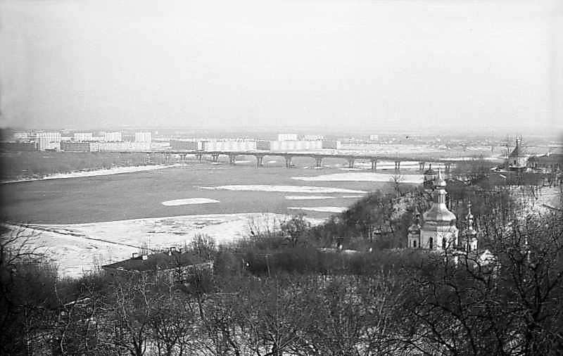 1976 р. Вид на Дніпро і Ближні печери. Вигляд з півночі