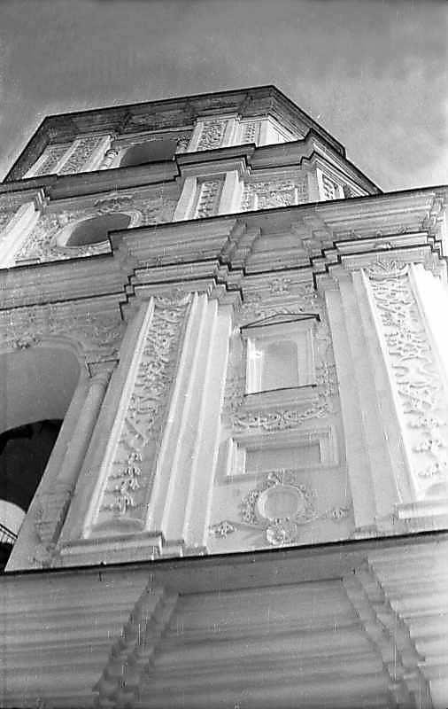 1976 р. Верхні яруси південно-західного фасаду в ракурсі.