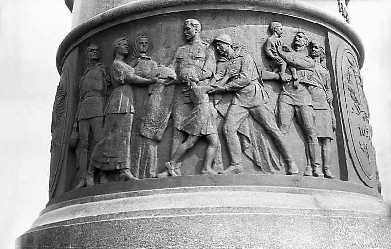 """1976 р. Барельєф """"Велика Вітчизняна війна"""""""