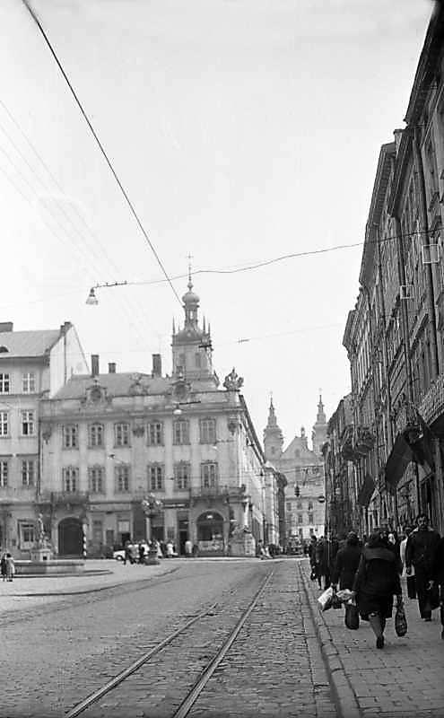 1976 р. Південна частина пл.Ринок з перспективою вул.Руської і костелу кармелітів