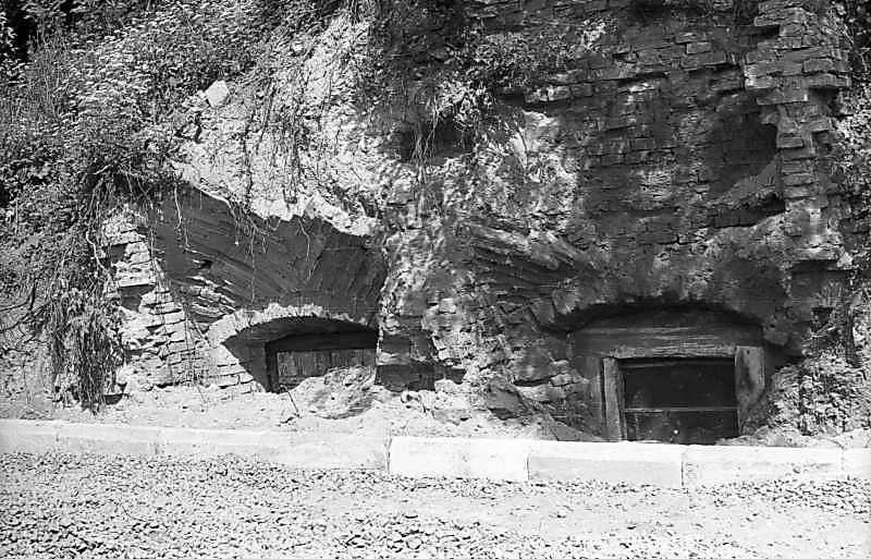 1976 р. Льохи, вкопані під замковий холм