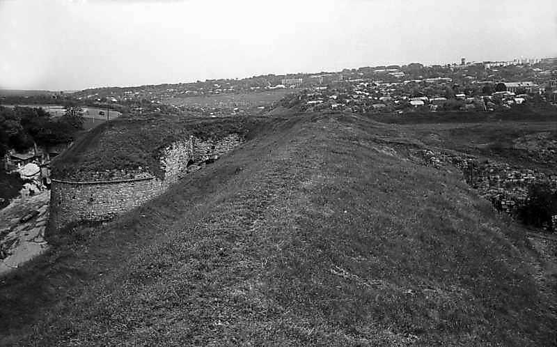 1977 р. Вал західної куртини і північний півбастіон. Вигляд з південного сходу