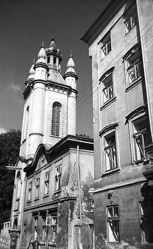 1977 р. Загальний вигляд дзвіниці й будинку архієпископа зі сходу