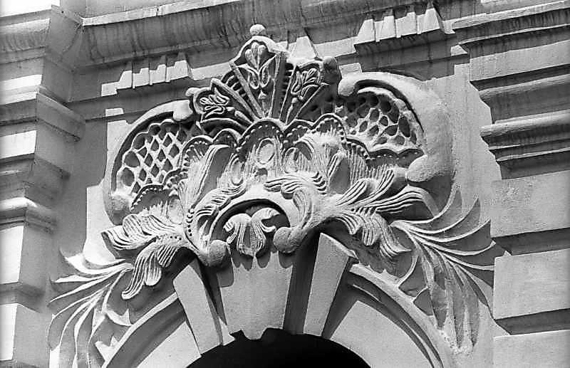 Скульптурний картуш над вікном 1-го ярусу