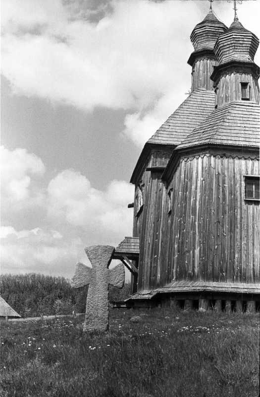 1986 р. Хрест і церква. Вигляд зі сходу