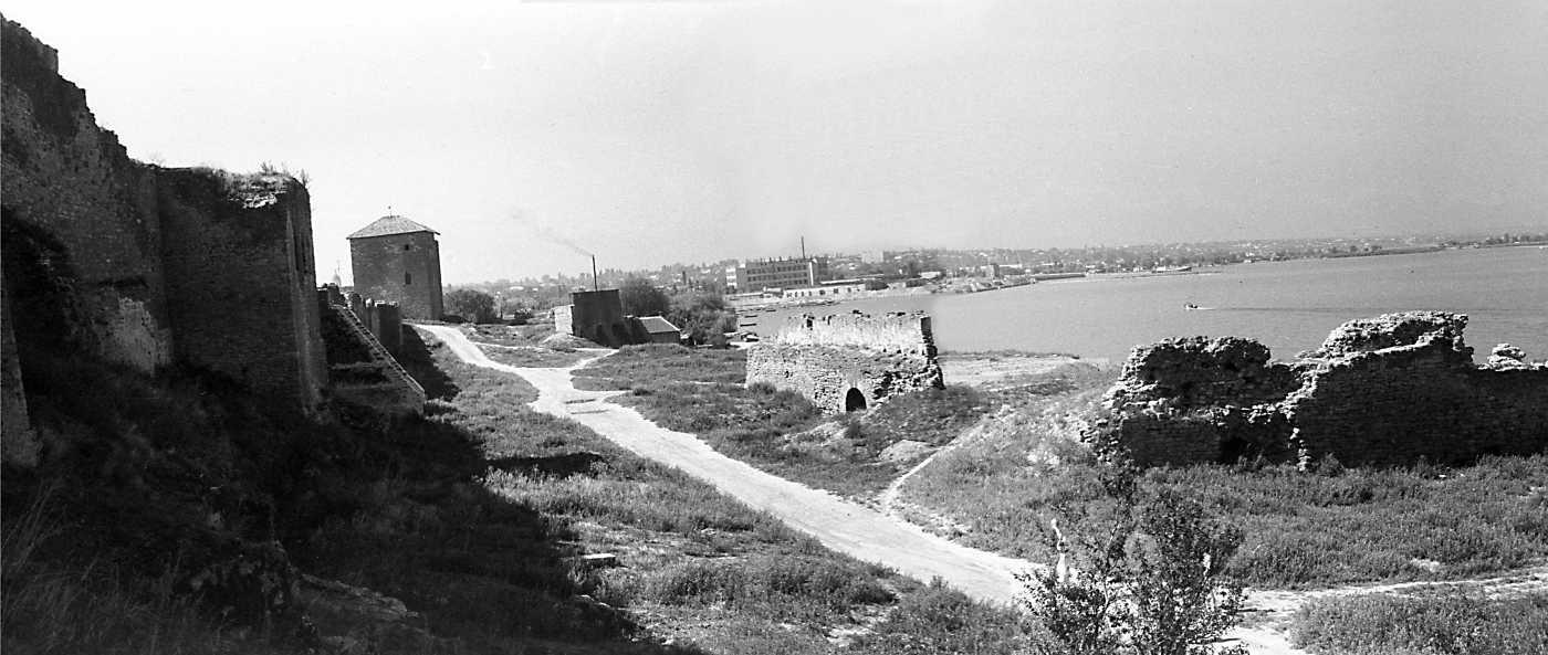 1986 р. Панорама північного двора з баштами 18, 15, муром 19 та барбаканом 20. Вигляд зі сходу