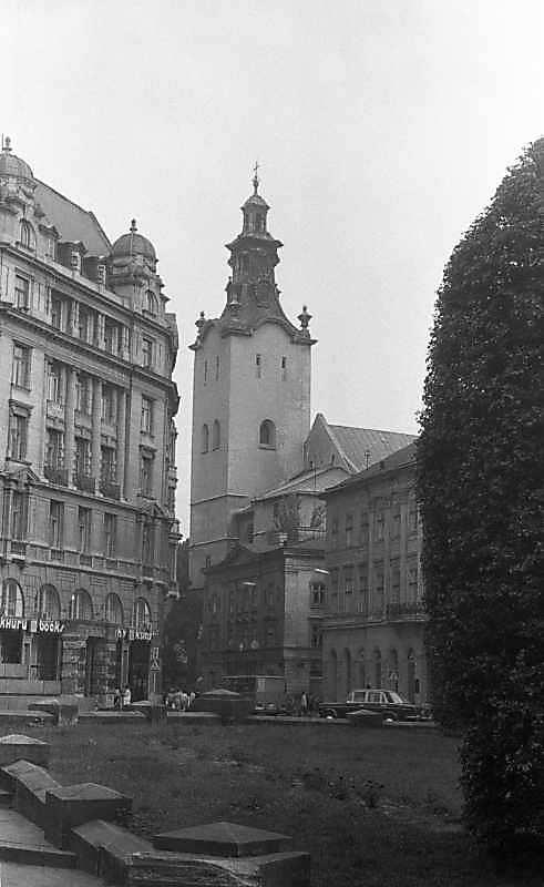 1987 р. Фрагмент площі з видом на кафедральний костел