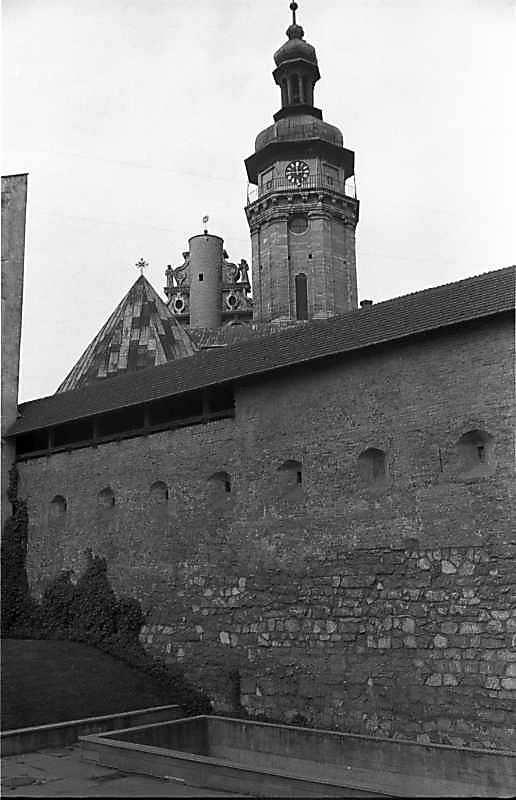 1987 р. Фрагмент муру на тлі костелу. Вигляд зі сходу