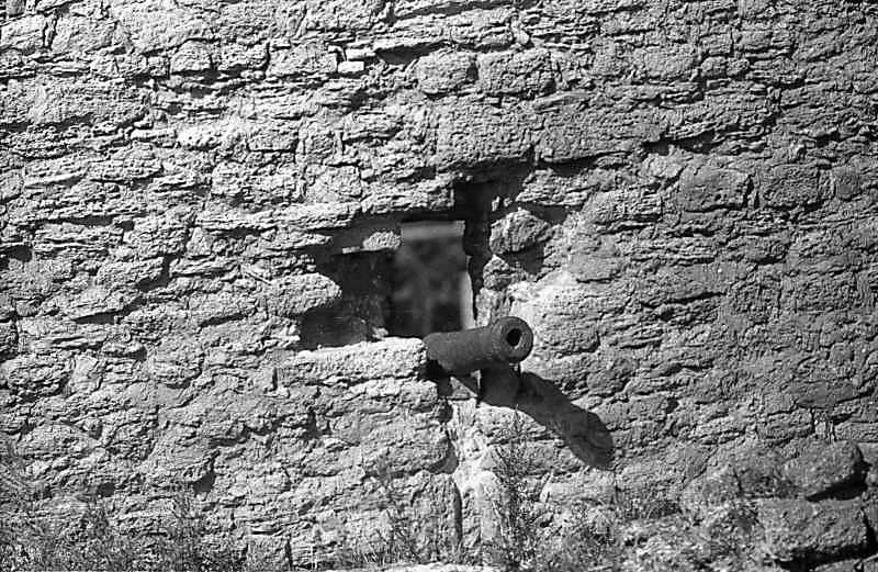 1987 р. Бійниця з гарматою між баштами 1 і 2. Вигляд зі сходу