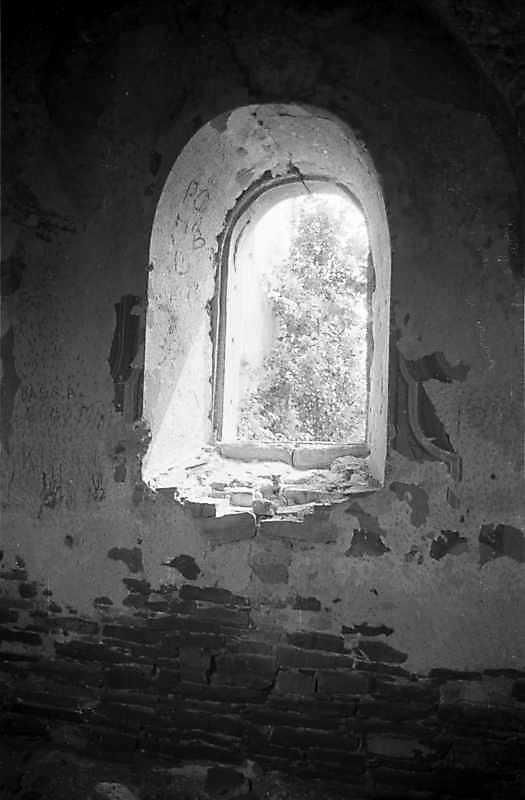 1988 р. Інтер'єр південного вікна вівтаря. Вигляд з півночі