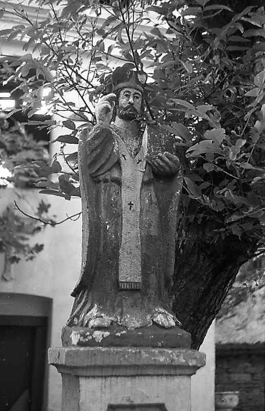 1988 р. Фігура (Ісус-ієрей ? св.Миколай ?) біля церкви