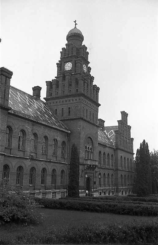 1988 р. Головний фасад у ракурсі