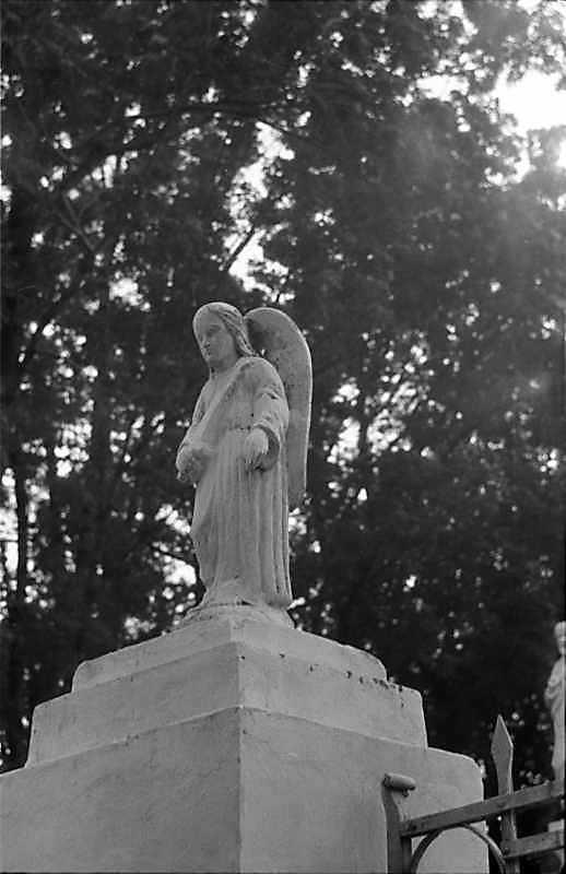 "1988 р. Скульптура ""Архангел Гавриїл"" (частина Благовіщення) на стовпі брами"