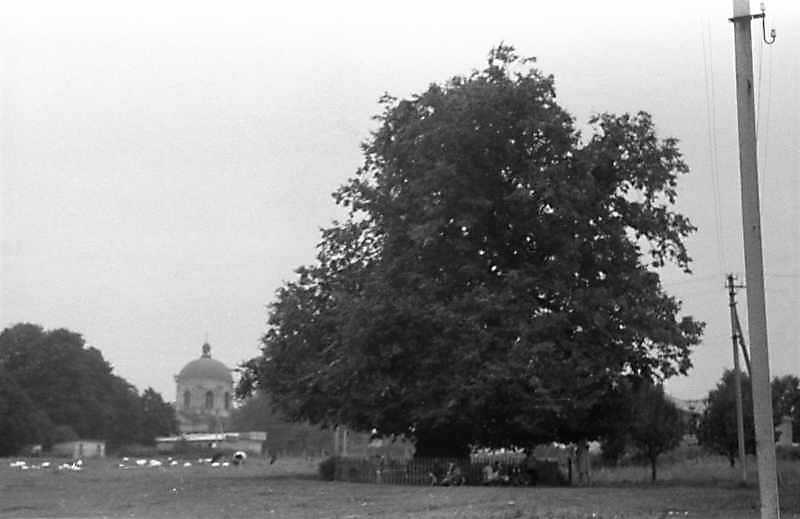 1988 р. Площа на захід від костелу