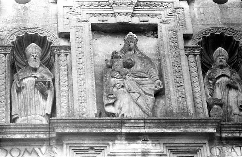 Ніші зі скульптурами