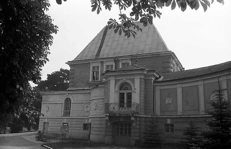 1989 р. Західний фасад центрального корпусу і галерея. Вигляд із заходу
