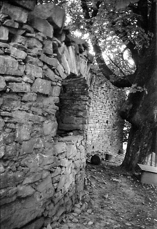 1989 р. Фрагмент башти з бійницею та муру