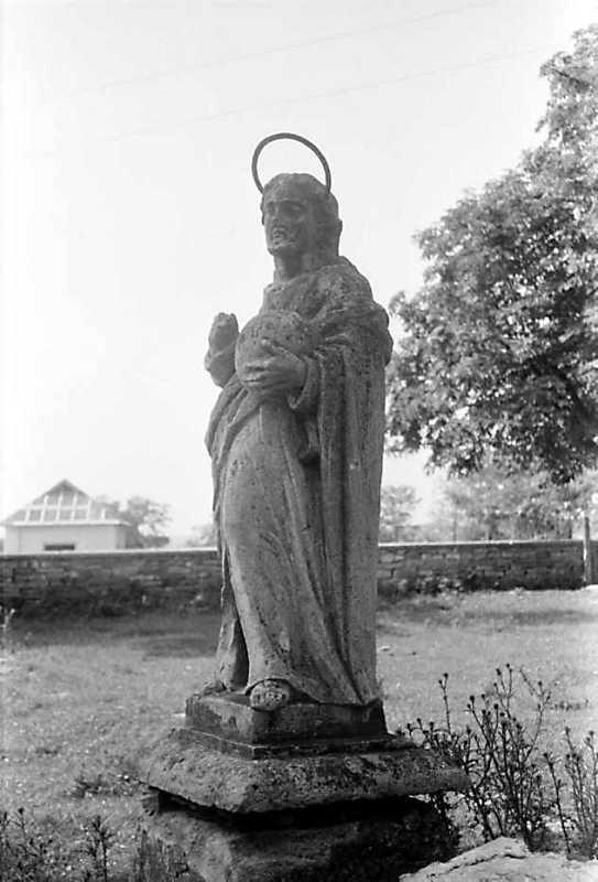 1989 р. Фігура святого на садибі костелу
