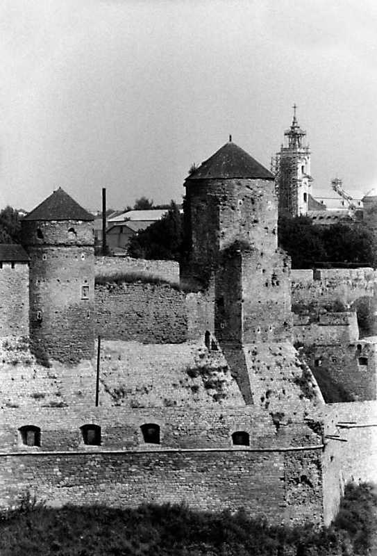 1989 р. Башти Ковпак і Папська на тлі домініканського костелу
