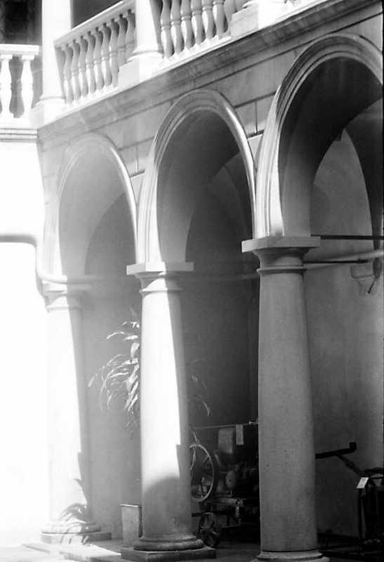 1990 р. Аркада 1-го поверху. Вигляд з північного заходу