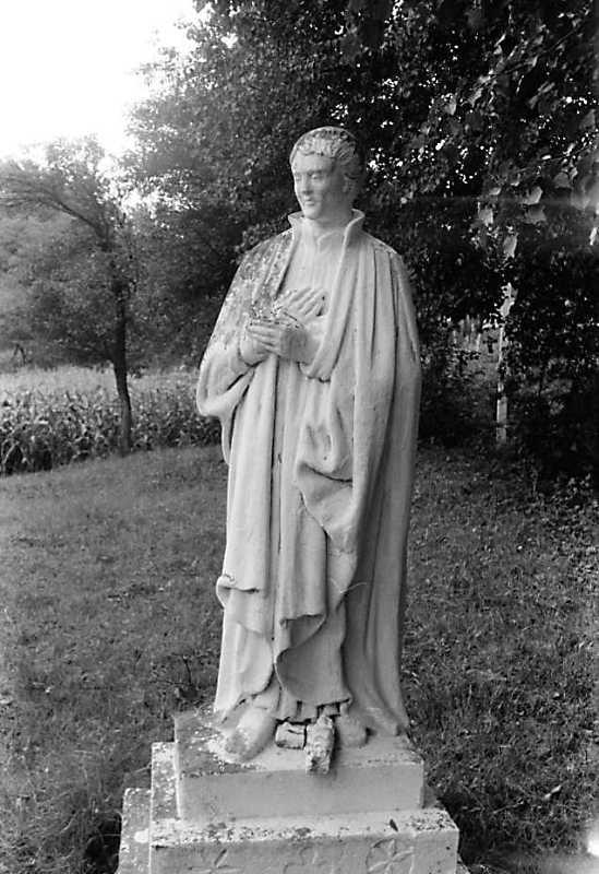 1990 р. Скульптура біля церкви