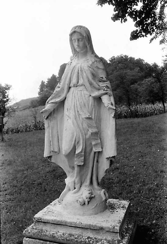 """1990 р. Скульптура """"Непорочне зачаття"""" біля церкви"""