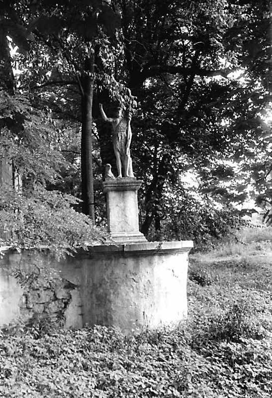 1990 р. Скульптура біля костелу