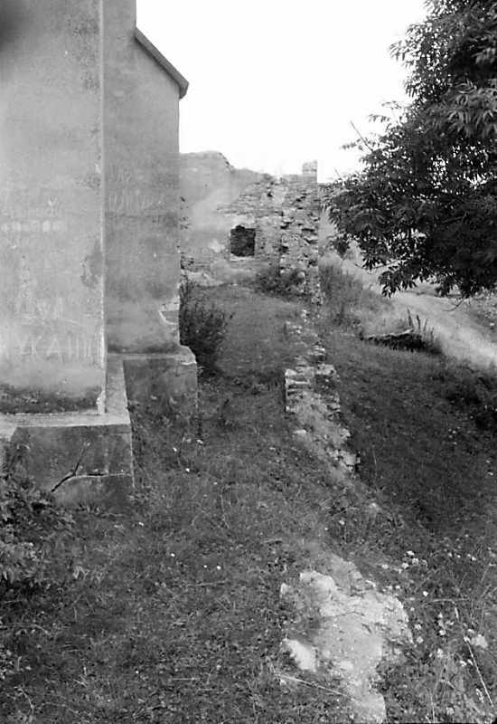 1990 р. Північна частина костелу, руїни плебанії та огорожі. Вигляд зі сходу
