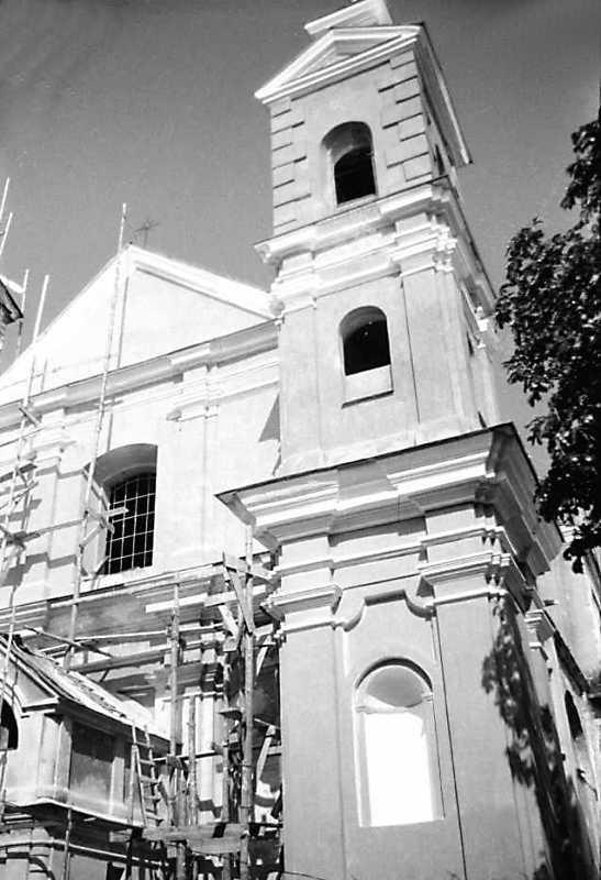 1990 р. Фрагмент головного фасаду і башта. Вигляд з позиії С3
