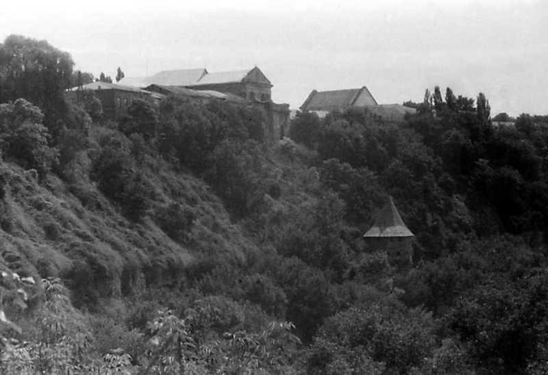 1991 р. Кляштор францисканців (на горі) і башта на броді. Вигляд з півночі